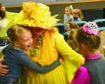 Жовтий метелик об'єднує і дарує надію